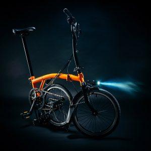 Bicicleta con luz delantera Brompton